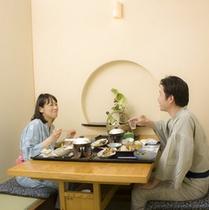 宿泊プラン:カップル食事風景