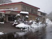 利根川上流の美しい自然と源泉掛け流しの湯(冬期加温あり)を当館で満喫してください。