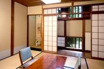 蔵の面影が残る六畳の和室「酒津」