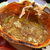 焼きカニみそは、甲羅焼きでお出しします。