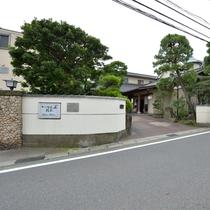 *【外観】江ノ島電鉄由比ヶ浜駅から徒歩すぐと好立地。周辺観光にも最適です。