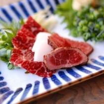 【夕食】馬刺しは特選・炙り・たてがみの三種類/例