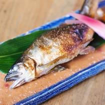 【夕食】 清流育ちのヤマメの塩焼き/例