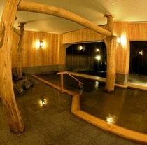 檜の香りが立ち込める内風呂