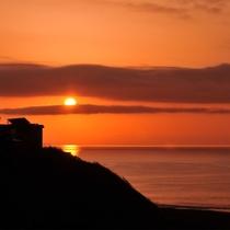 海から昇る美しい朝日