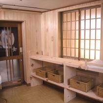 【風呂】木のぬくもりあふれる脱衣所。