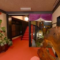 【玄関】中に入ると、赤と黒を基調とした配色で館内を統一。
