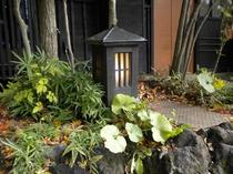 玄関横灯篭