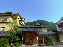 水鳳園 正面玄関と門(昼)