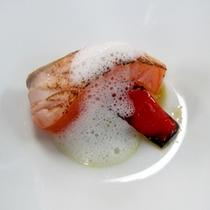 自家製サーモンマリネの炙り ヘベスの泡!