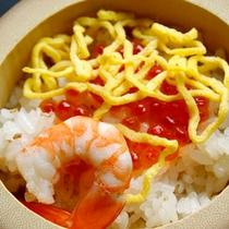 小さな竹筒に盛られた「縁結び寿司」