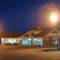 【外観】夜の様子です。隠岐空港から車で15分の立地!