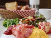 朝食の一例。3種類のサラダとオムレツの日