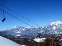 ゲレンデまで徒歩5分。お天気のいい日は山頂から日本海も見えますよ。