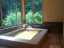 日高川を眺める内湯は、ほとんど露天風呂気分♪(男湯)