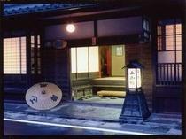 歴史ある木造老舗宿。紀州藩徳川公に愛されたお部屋は趣がさらに増す。創業は1657年