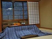 【新館和室】コタツのある風景(冬場は全室にコタツをご用意しております)