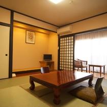 【客室】 ゆっくりとお寛ぎいただける和室10畳のお部屋は5名様までお泊りいただけます
