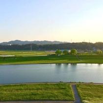 【周辺】 ホテル前の「菊池川」沿いはお散歩コースもあります