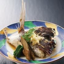 鯛の兜蒸し。生姜の風味がきく、品の良い味付けです。