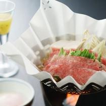 和牛すき焼きは温泉卵にくぐらせて召し上がれ。
