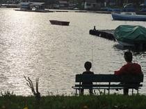 親子で釣りを楽しむ