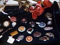 アトリエにはブローチやペンダントなどたくさん七宝焼が有ります 体験や販売もしています