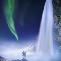 滝とオーロラ