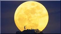 岩山上の満月
