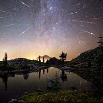 湖に写る流星群