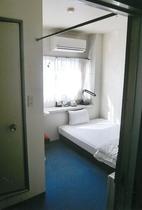 客室例:シングルルームは全てセミダブルベッド②