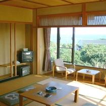 【海が見える客室一例】陽光が差し込む居心地のよい2階の和室