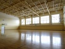 ホテル併設:油谷体育館(使用料無料)有料で卓球一式・バトミントン一式貸出可能