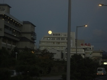湖畔の満月