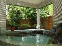 お肌がツルツルになる天然岩風呂温泉は、各棟ごと時間制の貸切となっています。
