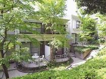 自然豊かな場所にあり、緑に囲まれた閑静な貸別荘