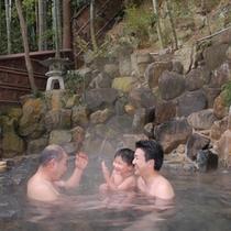 【竹林の中の露天風呂】みんなであったまろう!離れの露天風呂は野趣にあふれて、ちょっとした冒険気分!?