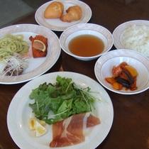お夕食(一例)肉料理を中心としたセミコース。