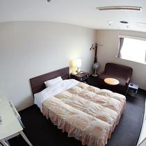 *客室/ダブルルーム。広めのベッドでゆったりとご利用いただけます!