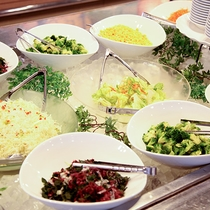 *料理/夕食は別館のレストラン「バンボシュ」にて。サラダコーナーも充実しています!