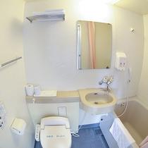 *客室/ユニットバス。トイレは洗浄器付きです。