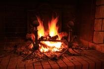 (暖炉)来館されたお客様をお迎えするロビーの暖炉1