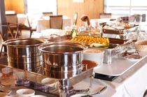 朝食は洋食のハーフバイキングスタイル