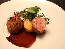 赤城豚のフリカデルとロースト、甘酸っぱい青森県産黒ニンニクとコルニッションのソース(2014早春)