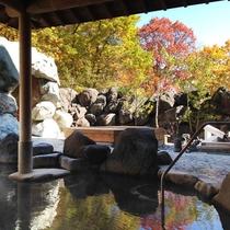 ホテル露天風呂で紅葉が楽しめます