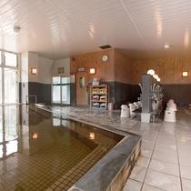 【大浴場内湯】一度に約120名を収容でき、アメニティも豊富