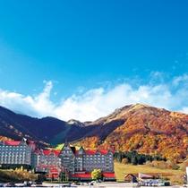<秋>紅葉とホテル外観