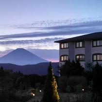 中庭からの外観と富士山