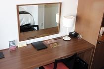 ツインルームも広々としたデスクと大きな鏡で朝の支度もラクラク
