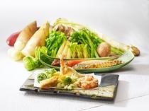 海の幸から山の幸まで、新鮮な旬の素材を目の前で天ぷらに